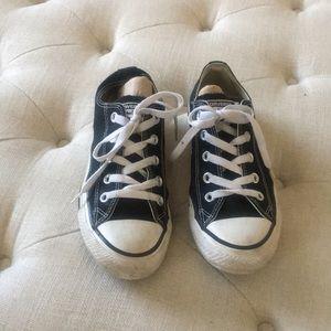 Converse low top tennis shoes